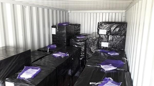 image de la pose de sachets déshydratants pour container DRI 1 KG